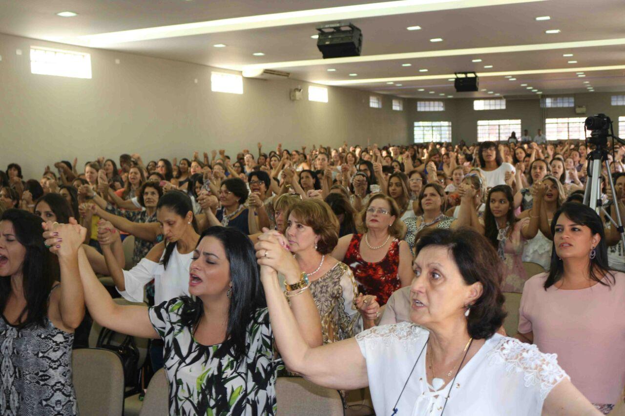 Resultado de imagem para mulheres na igreja